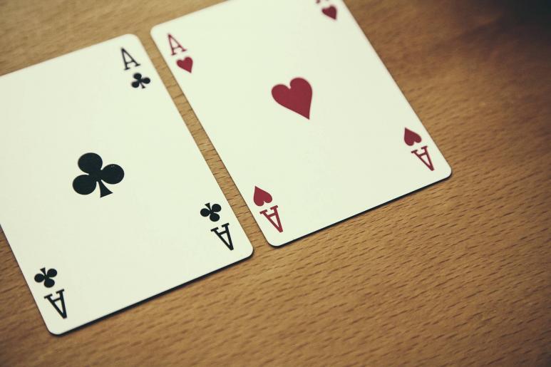 Zwei Spielkarten liegen auf einem Tisch