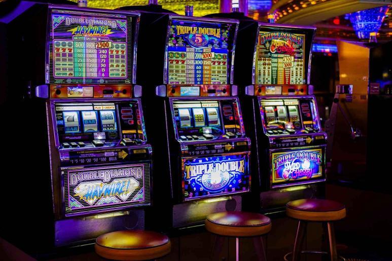 Ein Bild von Spielautomaten im Casino